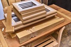 Фасады и элементы кухни перед красить Детализирует деревянную продукцию Стоковое фото RF