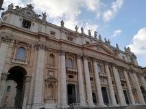 Фасад базилики ` s St Peter на государстве Ватикан стоковые фотографии rf