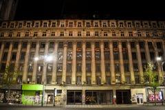 Фасад большого достигшего возраста коммунистического здания с архитектурой brutalist получившейся отказ на бульваре Magheru в цен стоковые фотографии rf