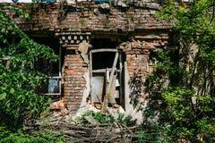 Фасад дома красного кирпича старого загубленного покинутого Стоковые Фотографии RF