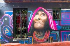 Фасад дома района Candelaria Ла Богота со стенными росписями представляя у стоковое фото
