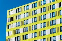 Фасад жилого дома под конструкцией в Москве, России Стоковые Изображения