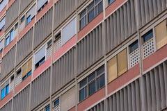 фасад жилого дома 50s красочный конкретный с закрыванный стоковые изображения rf