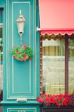 Фасад кафа, украшенный с свежими цветками Часть здания стоковая фотография rf