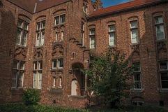 Фасад кирпича дома в типичном стиле зоны Flanders's и голубого неба в Брюгге Стоковые Изображения RF