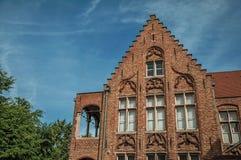 Фасад кирпича дома в типичном стиле зоны Flanders's и голубого неба в Брюгге Стоковое фото RF