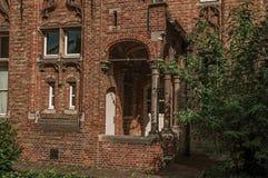 Фасад кирпича дома в типичном стиле зоны Flanders's и голубого неба в Брюгге Стоковые Фото