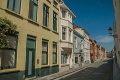 Фасад кирпича домов в солнечной улице Брюгге Стоковые Фотографии RF