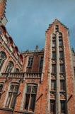 Фасад кирпича зданий в типичном стиле Flanders's и голубого неба на Брюгге Стоковые Фотографии RF
