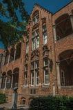 Фасад кирпича здания и доктор Томас Montanus bust в центре города Брюгге Стоковые Изображения RF