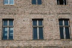 Фасад кирпича каменный старого жилого дома Стоковое Изображение RF