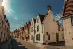 Фасад кирпича старых домов с солнечным днем в улице Брюгге Стоковые Фотографии RF