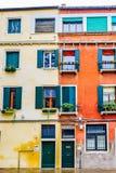Фасад красочных венецианских готических зданий/домов стиля в Венеции, Италии стоковые изображения