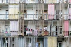 Фасад многоквартирного дома, украшенный с бамбуковыми хоботами, доступное дешевое жилье, засыхание одевает смертную казнь через п стоковые фото