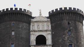 Фасад Неаполь, Италии - Castel Nuovo с триумфальным сводом и сторожкой акции видеоматериалы