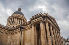 Фасад пантеона в неоклассическом стиле, с куполом и столбцами на входе в Париж стоковые фото