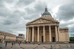 Фасад пантеона в неоклассическом стиле, с куполом и столбцами на входе в Париж стоковые фотографии rf