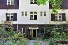 Фасад покинутого дома в лесе стоковая фотография