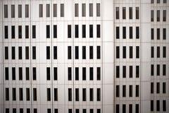 Фасад современного белого большого административного здания Стоковые Изображения RF