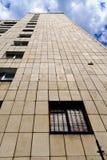 Фасад старого высокого подъема против пасмурного голубого неба стоковая фотография rf