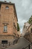 Фасад старого здания и переулок в середине ` Quartier ` латинского и облачное небо в Париже стоковые фотографии rf