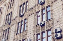 Фасад старого здания с сериями кондиционеров воздуха стоковое изображение rf