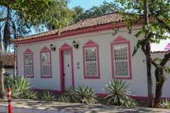 Фасад старого колониального дома стоковое изображение rf