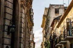 Фасад старых колониальных зданий в Гаване, Кубе стоковая фотография rf
