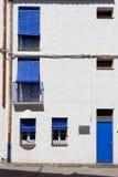 Фасад с дверью и штарками стоковые изображения