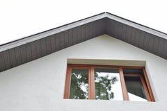 Фасад с окном и стрехами стоковые изображения
