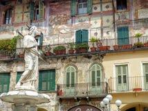 Фасад с фресками со статуей Madonna Вероны в Италии стоковое фото