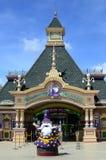 Фасад тематического парка королевства Enchanted где местный и иностранный турист собирайтесь Стоковые Изображения RF