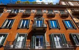 Фасад традиционного красочного европейского итальянского жилого дома в Риме, Италии Стоковое Фото