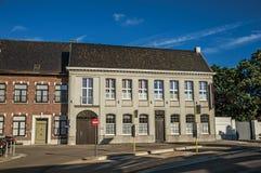 Фасад улицы и дома на заходе солнца в Tielt стоковое изображение rf