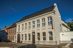 Фасад улицы и дома на заходе солнца в Tielt стоковое фото