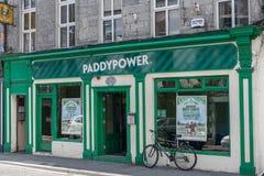 Фасад Paddypower держа пари компания в Голуэй, Ирландии Стоковое Изображение RF
