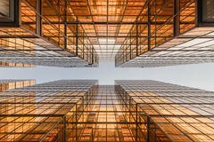 Фасад башни офисного здания цвета золота в деловом центре Стоковое Изображение