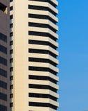 Фасад белого офисного здания, предпосылки голубого неба Стоковая Фотография RF