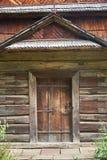 Фасад деревянного здания с дверью Стоковые Изображения RF