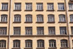 Фасад жилых домов старых кирпича Стоковое Фото