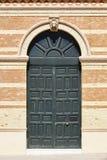 Фасад здания кирпича классический с зеленой деревянной дверью Architectu Стоковое Изображение