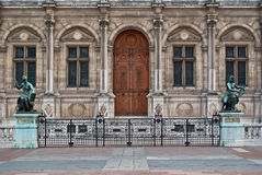 Фасад здания с скульптурами. Стоковые Фотографии RF