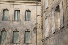 Фасад здания, Uzes; Провансаль; Франция стоковое изображение rf
