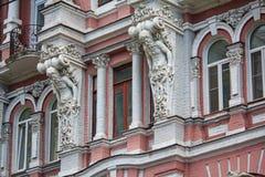 Фасад исторического здания с статуями стоковые изображения rf