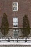 Фасад камня и кирпича с окнами Стоковые Фото