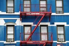 Фасад квартиры с красной пожарной лестницей Стоковое Фото