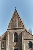 Фасад кирпича средневековой церков Стоковая Фотография RF