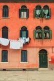 Фасад красного винтажного дома с засыханием одевает Стоковые Фото