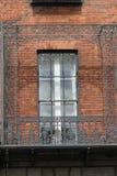 Фасад красного кирпича с балконом металла Стоковые Изображения RF
