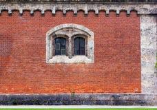 Фасад красного кирпича с каменным окном Стоковые Фотографии RF